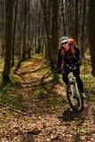 Bergfietser die op fiets in meest springforest landschap berijden Royalty-vrije Stock Foto