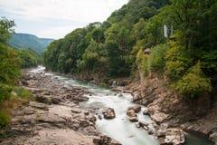 Bergflod Belaya och vattenfall, Ryssland, västra Kaukasus Arkivfoto