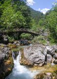 Bergflod bland stenar Fotografering för Bildbyråer
