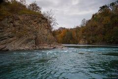 Bergflod i aftonnedgångsäsong Royaltyfri Fotografi