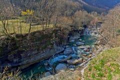 Bergflod i den Verzasca dalen, Lavertezzo, Schweiz Arkivfoto