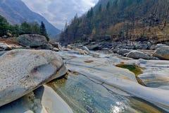 Bergflod i den Verzasca dalen, Lavertezzo, Schweiz Arkivfoton