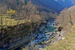 Bergflod i den Verzasca dalen, Lavertezzo, Schweiz Arkivbilder