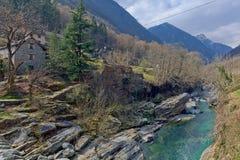 Bergflod i den Verzasca dalen, Lavertezzo, Schweiz Arkivbild