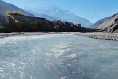 Bergflod i himalayasna arkivfoto