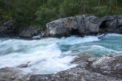 Bergflod i Norge sommartur Arkivfoto