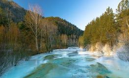 Bergflod i vintern Arkivbild