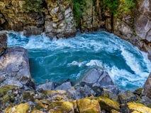 Bergflod med lösa forsar Royaltyfri Bild