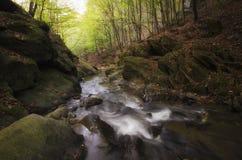 Bergflod med stora klippor och forsar Fotografering för Bildbyråer