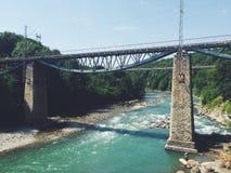 Bergflod och bro stora liggandebergberg Royaltyfri Foto