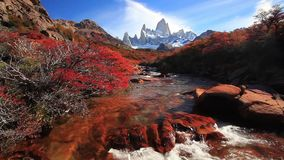 Bergflod och montering Fitz Roy patagonia stock video
