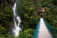 Bergflod och vattenfall i Anderna Arkivfoto