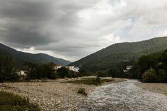 Bergflod på en molnig dag i Sochi Royaltyfri Fotografi