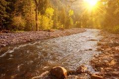 Bergflod på solnedgången Royaltyfria Foton
