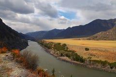 bergflod russia Arkivfoton