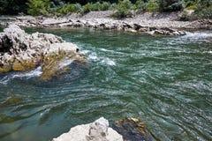 Bergflod som flödar in i klyftan royaltyfri foto