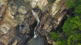 Bergflod som flödar på den steniga vattenfallet i flyg- sikt för rainforest Bergvattenfall för bästa sikt och stenigt flöda för f lager videofilmer