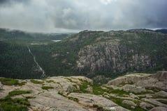 Bergfloden i norrmannen parkerar arkivfoto