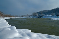 Bergfloden i vinterdagen härlig sikt Arkivbilder