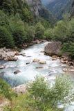 Bergfloden med blått vatten i Abchazien Royaltyfria Foton