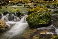 Bergfloden med kaskaden och enormt vaggar Royaltyfri Fotografi