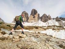 Bergfloden mot de skarpa bergen i Dolomites arkivfoto