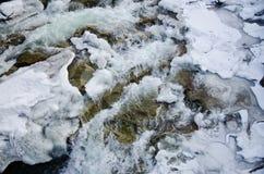 Bergfloden som snabbt flödar Lamai is och honing stenar, vaggar arkivbilder