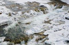 Bergfloden som snabbt flödar Lamai is och honing stenar, vaggar royaltyfri foto