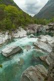 Bergfloden Verzasca i kantonen av Ticino, Schweiz Arkivfoton