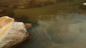 Bergflodlandskap som panorerar Camara Stock Footage stock video