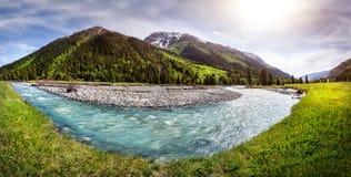 Bergflodpanorama Royaltyfri Fotografi
