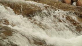 Bergflodplats som panorerar hög definition för längd i fot räknat arkivfilmer