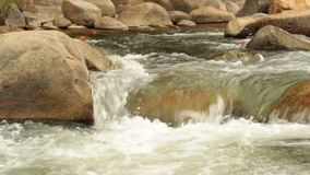 Bergflodplats som panorerar hög definition för längd i fot räknat lager videofilmer