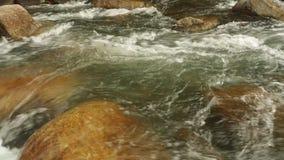 Bergflodplats som panorerar hög definition för materiellängd i fot räknat stock video