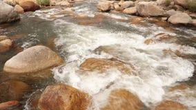 Bergflodplats som panorerar panorama- hög definition lager videofilmer
