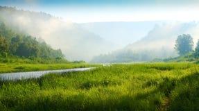 bergflodsoluppgång royaltyfri bild