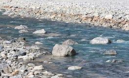 Bergflodstr?mmen av vatten i vaggar royaltyfri fotografi