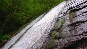 Bergflodvattenfall i ultrarapid stock video