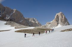 Bergfotvandrare som stiger ned Arkivbilder