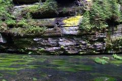 Bergframsida och bergflod Arkivfoton