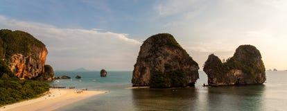 Berggipfel bei Pranang setzen, Railay auf den Strand Lizenzfreie Stockfotografie