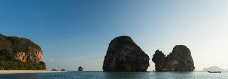 Berggipfel an Pranang Strand, Railay Stockfoto