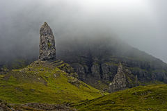 Berggipfel der alte Mann von Storr im Nebel, Trotternish Lizenzfreie Stockfotografie