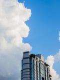 Berggipfel des Gebäudes mit blauem Himmel Stockfotografie