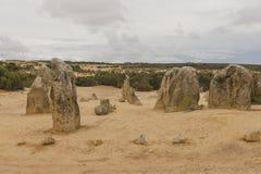 Berggipfel-Felsformationen auf Wüsten-Sand Stockfotografie