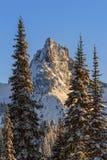 Berggipfel-Spitze im Winter Stockbild