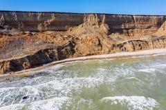 Berggrondverschuiving op een ecologisch gevaarlijk gebied Grote barst in grond, afdaling van grote lagen van vuil Dodelijk gevaar stock foto