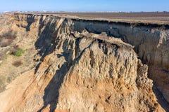 Berggrondverschuiving op een ecologisch gevaarlijk gebied Grote barst in grond, afdaling van grote lagen van vuil Dodelijk gevaar royalty-vrije stock foto