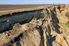 Berggrondverschuiving op een ecologisch gevaarlijk gebied Grote barst in grond, afdaling van grote lagen van vuil Dodelijk gevaar royalty-vrije stock afbeeldingen