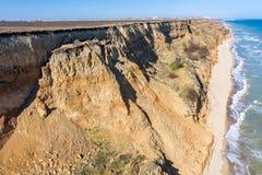 Berggrondverschuiving op een ecologisch gevaarlijk gebied Grote barst in grond, afdaling van grote lagen van vuil Dodelijk gevaar stock afbeeldingen